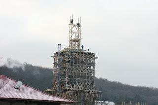 Ridicarea Crucii pe turla bisericii noi, Mânăstirea Nicula – 17.01.2006